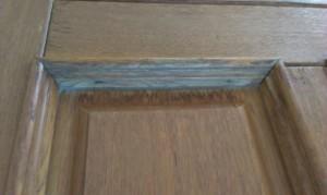 Poškozený lak vchodových dveří